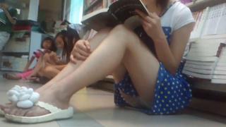 真‧偷拍神人!!專心閱讀的妹妹毫無防備 不禁再靠超近做拍攝