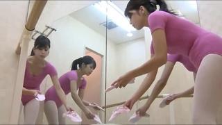 偷拍舞蹈教室更衣美景!芭蕾女舞者裸體暖身!劈腿拉筋超柔軟:床上單挑阿