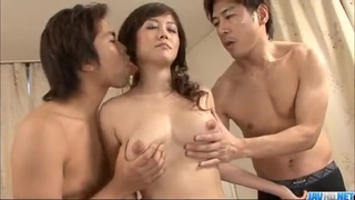 日本吉川萌性感的淋浴