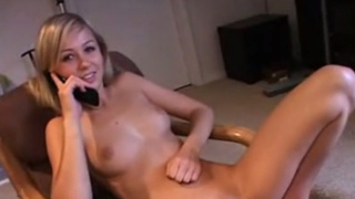 趁女友講電話拿按摩棒插得她不要不要!