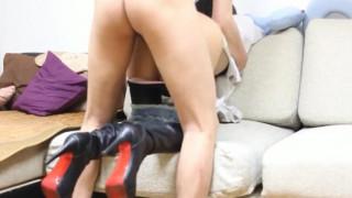 91小白-淘寶高挑小野模襯衫皮靴短褲在沙發撅起屁股脫下短褲直接啪啪