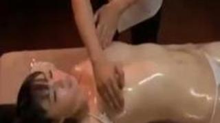 媚薬効果で全身性感帯状態の女の子は爆乳揉みで痙攣絶頂を迎え、あっさりチンポの侵入も許してしまう!