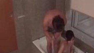 暖かいシャワーは角質のために厄介になりますルルキノウチ