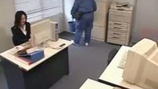 怪しい薬品で眠らされた美人OLが清掃員のおっさんに職場でレ○プされる