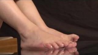 【ニーソックス】可愛らしい娘がブーツ脱ぎたての湿ったニーソ足裏を見せる【足裏】
