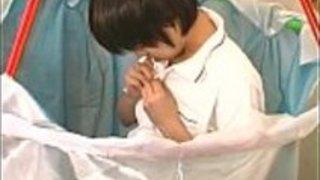 本当の日本の十代のくしゃみとくすぐりのかわい子