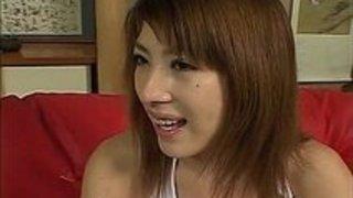 彼女の中で大きな巨根を持つ日本の熟女