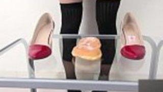女の子は靴の中でドーナツを粉砕する