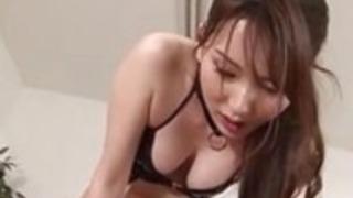 小柄なアジア人の女の子のAssfucks Guy With Strapon