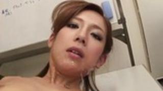 汚い売春婦は会議で虐待を受けます