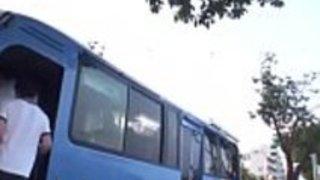 角質ベイブは、混雑したバスの中で手淫をします