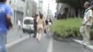 東京の副題極端な日本の公共ヌードストリップショー