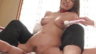 愛らしい葵松島は、男は彼女のぬれた猫と遊ぶことができます