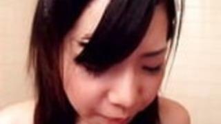 日本の女の子は、浣腸を飲み込む