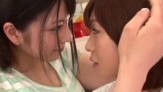 【上原亜衣尾上若葉】美少女2人の濃厚なキス動画