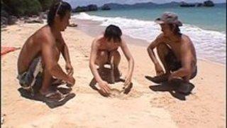 ビキニ姿の可愛い娘がプライベートビーチで男達にて手マンされて大量潮吹き