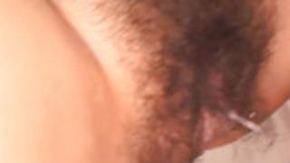 美咲沙耶は指亀裂にし、落ちたことにより、口の中で犯されます