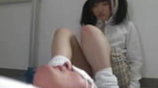 救済を求めている日本語の女子学生