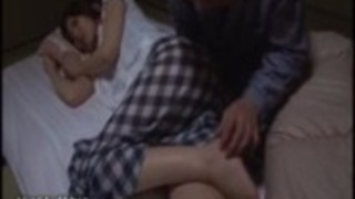 官能的なティーン日本人と彼女のボーイフレンドは彼女の巨乳継母からセックスのレッスンを取得します。