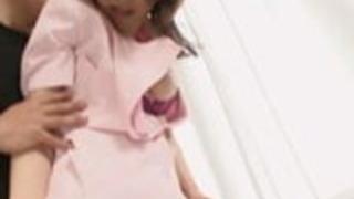 ガイは、かわいい女の子のジューシーなお尻とおっぱいを絞るのが大好き