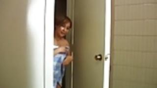 突然、私の母は浴室に入って来ていない