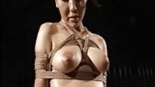 日本の奴隷の少女の木製の束縛と乳首拷問