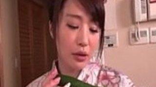 涼香篠田は、角質を感じ、ジューシーな猫の遊びのために