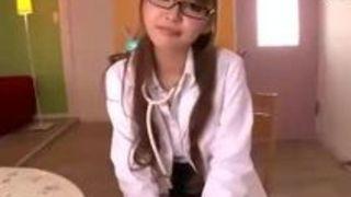 丘咲エミリ可愛らしいアイドルAV女優にリモコンバイブ装着して野外で露出プレイをお願いした