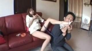 【脚フェチ】首輪を着けられた男性が細いヒールを履いたドS女性に体を踏まれる【ピンヒール】