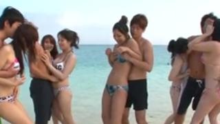ひな前田は、ビーチでのパーティのハードコアを楽しんでいます