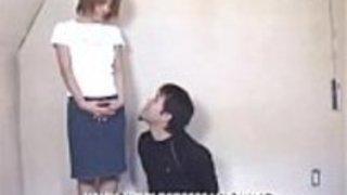 熱い日本の十代は大きな足コキを与える!