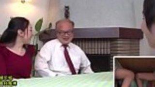 日本のママと息子は、デスクのゲームの下でスニークアップLinkFull:http://q.gs/E5lOj
