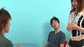 かわいいアジアの家政婦ミク・アイリが素晴らしいフェラチオを披露