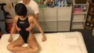 【湊莉久ぶっかけ】美尻で競泳水着姿の女子大生、湊莉久のぶっかけマッサージレイププレイエロ動画!