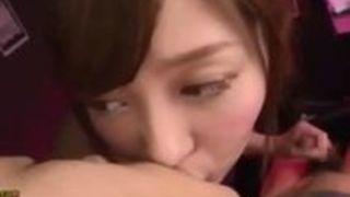 濃密な接吻をしながら手ヌキしてくれるめちゃカワ美人娘がアナルまで責めまくりな件!石原莉奈