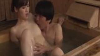 夫婦交換NTRスワッピング!仲良い夫婦が温泉旅行で・・・寝取られ不倫SEX!混浴で他人棒で感じまくり中出しされる奥さん!
